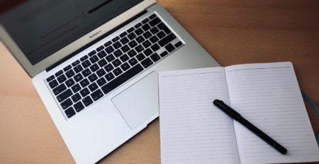 Journalistische Artikel schreiben digital und analog.