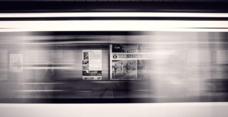 Überschriften an einer U-Bahnstation, Bildrechte: pixabay/Free-Photos
